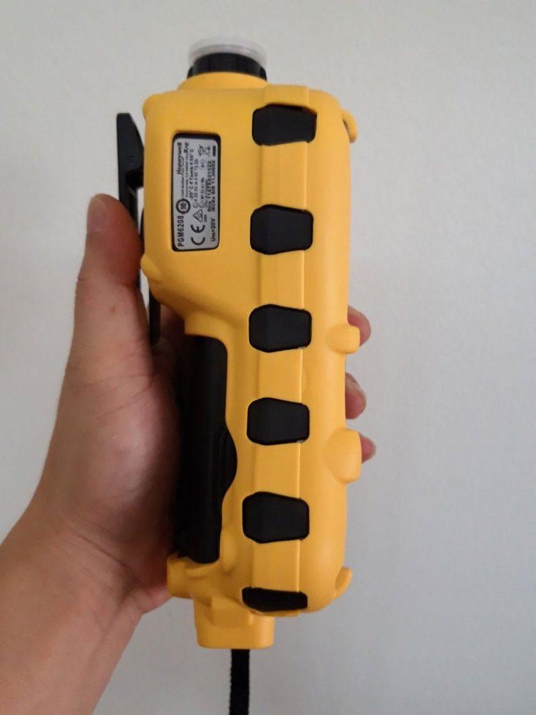 Bên sườn máy đo khí MultiRAE Lite