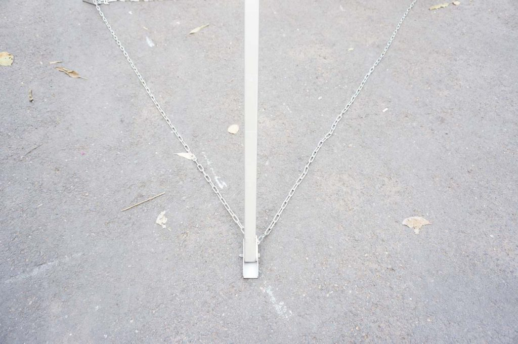 The base of the price has a retaining chain and a anti-slip base